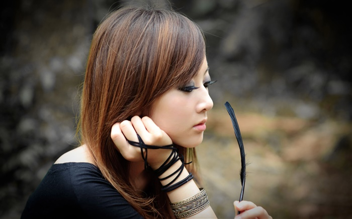 Taiwan girl holding a feather Wallpapers Pictures Photos Images