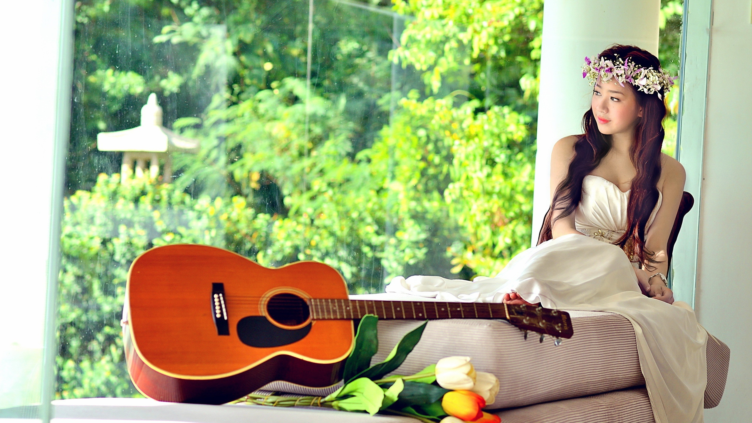 Asian music girl, white dress, guitar, tulips 2560x1440 wallpaper