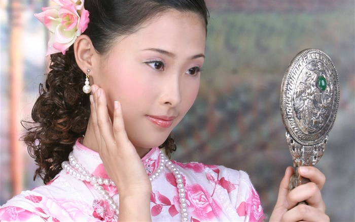 Cheongsam girl use the mirror, China, Asian Wallpapers Pictures Photos Images