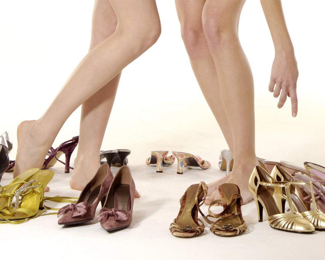 Girls legs, high-heeled shoes 1280x1024 wallpaper