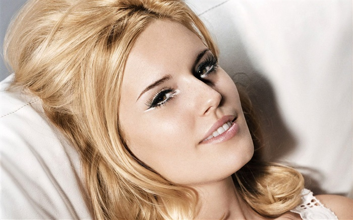 Smile blonde girl want to bed Wallpapers Pictures Photos Images