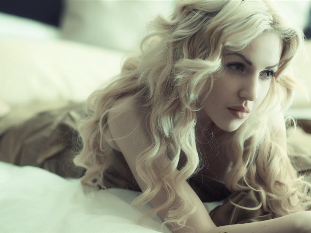 Blonde girl, curly hair, lying bed 1024x768 wallpaper