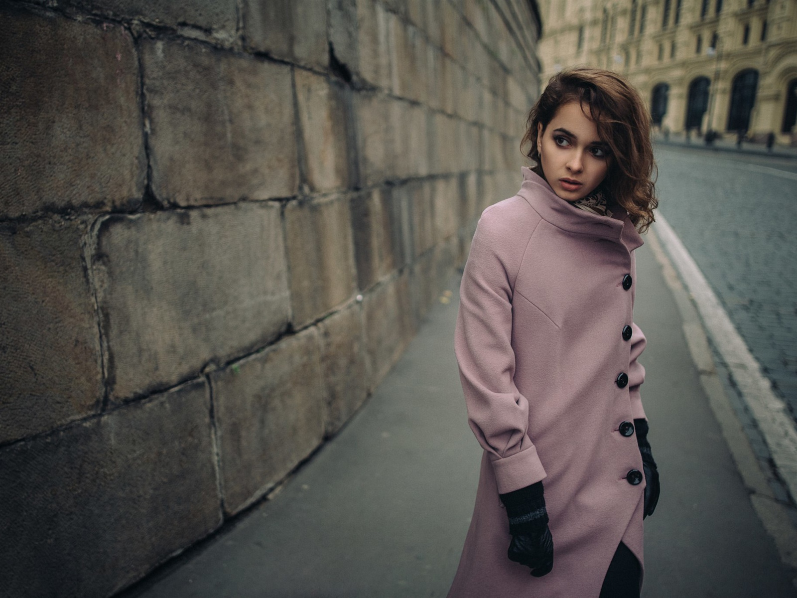Pink clothing girl, city, street 1600x1200 wallpaper